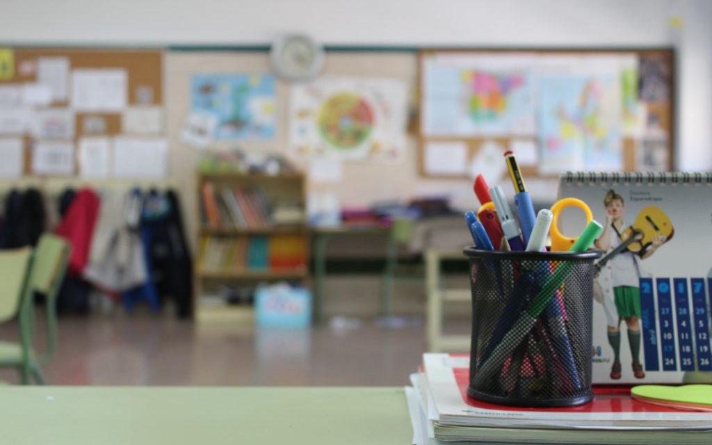 klaslokaal, bureau, pennen, bakje