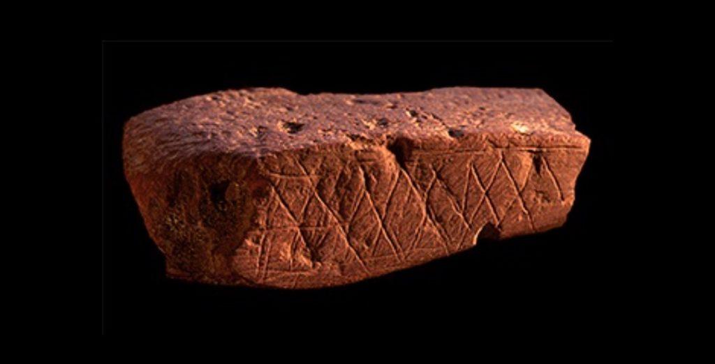Ruim 70.000 jaar oud stuk gegraveerde rode oker uit Blombos Cave