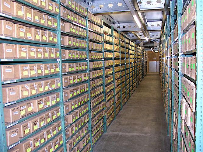 Stellingen vol met dozen met gesteentekernen in het kernhuis van Geologische Dienst Nederland