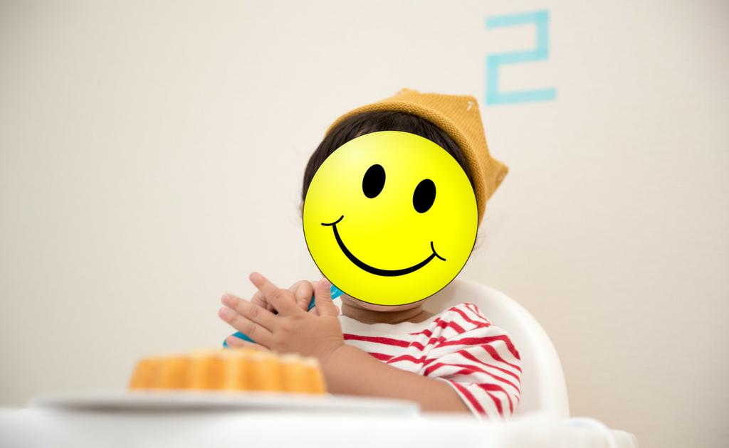 Kind met smiley voor gezicht