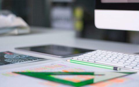 Een toetsenbord en een geodriehoek