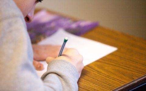 een kind leert schrijven op school