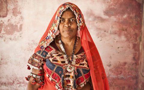 Een vrouw van de Banjara-stam in traditionele kleding