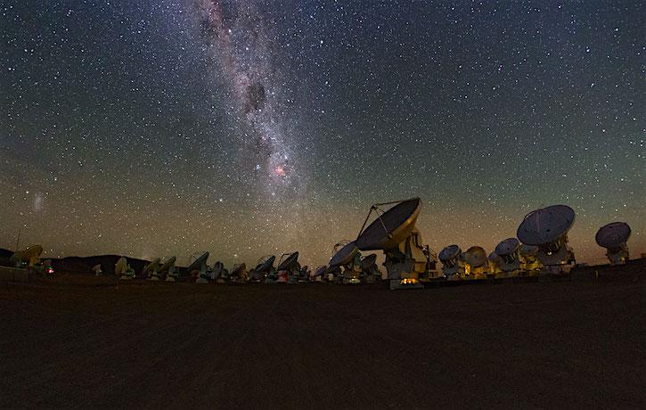 Melkweg boven de ALMA-telescoop in Chili